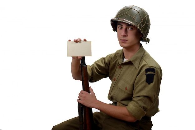 Amerikanischer soldat zeigt ein foto
