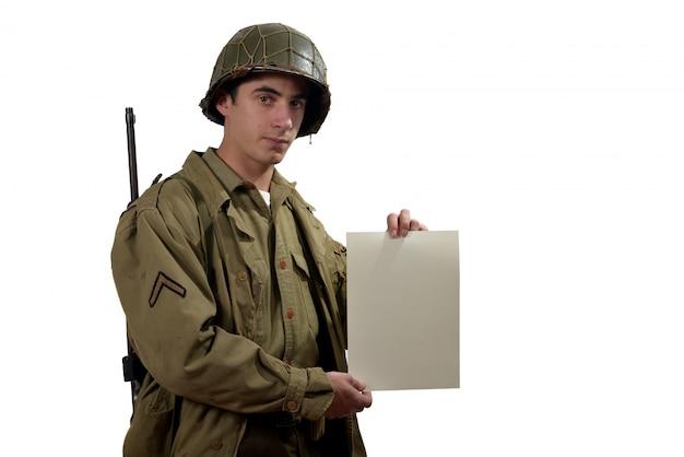 Amerikanischer soldat zeigt ein zeichen