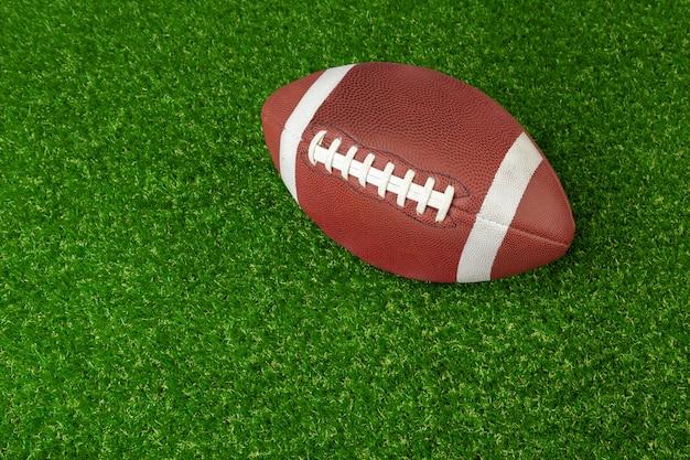 Amerikanischer spiel-rugbyball auf grasnahaufnahme