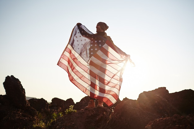 Amerikanischer staatsbürger auf berggipfel