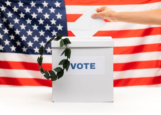 Amerikanischer staatsbürger, der die abstimmung in die wahlurne einsetzt