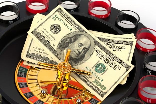 Amerikanisches dollargeld des roulettekasinospiels tonte foto