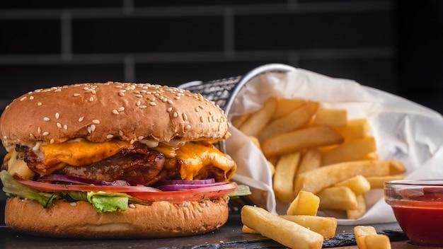Amerikanisches fast food. chicken burger mit pommes.