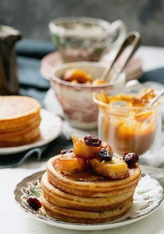 Amerikanisches frühstück, brunch, mittagessen, pfannkuchen mit erdnussbutter und bananen über einer weißen serviette. veganes lebensmittelkonzept