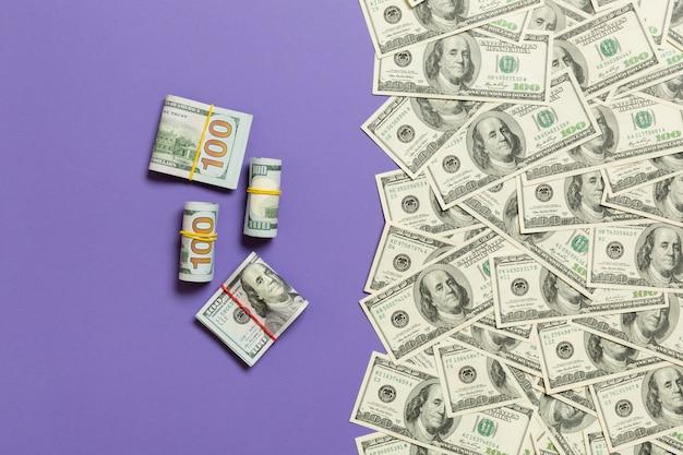 Amerikanisches geld auf farbiger draufsicht des hintergrundes, mit leerem platz für ihr textgeschäfts-geldkonzept