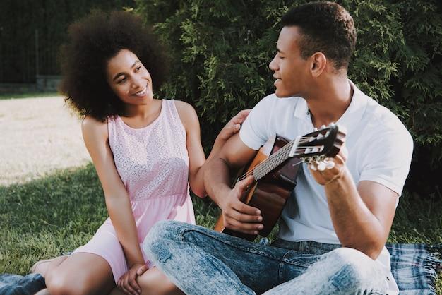 Amerikanisches paar steht im park am sommer still