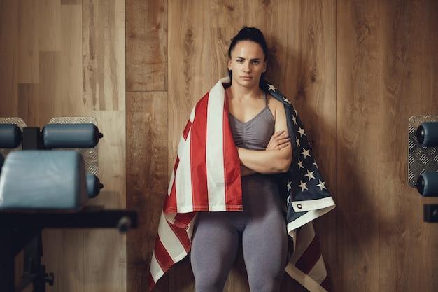 Amerikanisches patriotmädchen mit einem athletischen