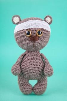 Amigurumi. diy spielzeug. gestricktes braunbärenjunges. prävention von kinderkrankheiten