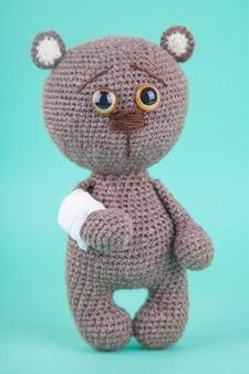 Amigurumi. gestricktes braunbärenjunges. prävention von kinderkrankheiten