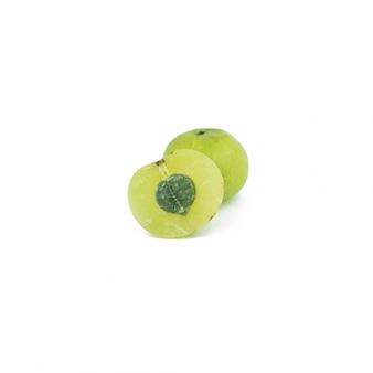 Amla grüne früchte getrennt auf weiß