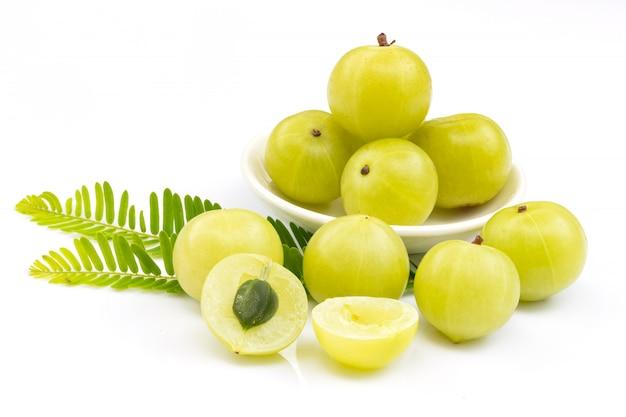 Amla grüne früchte, phyllanthus emblica isoliert