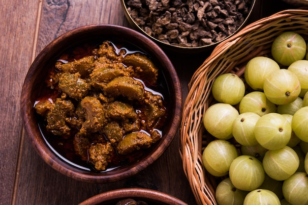 Amla oder indische stachelbeere und nebenprodukte wie chyawanprash, juice, digestive supari oder mouth freshner, powder, sweet murabba, pickle