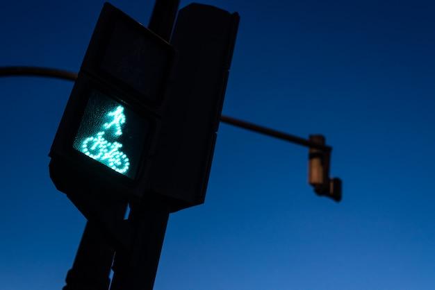 Ampel in grün für fußgänger und radfahrer mit der figur eines radfahrers.