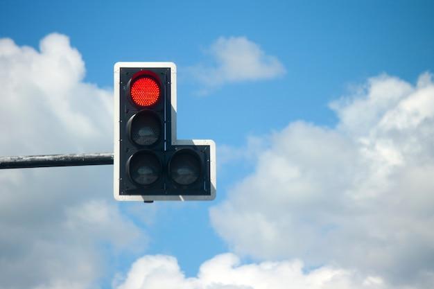 Ampeln des roten lichtes gegen blauen himmel.