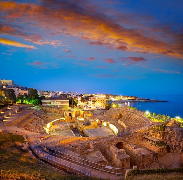 Amphitheater von tarragona bei sonnenuntergang in katalonien