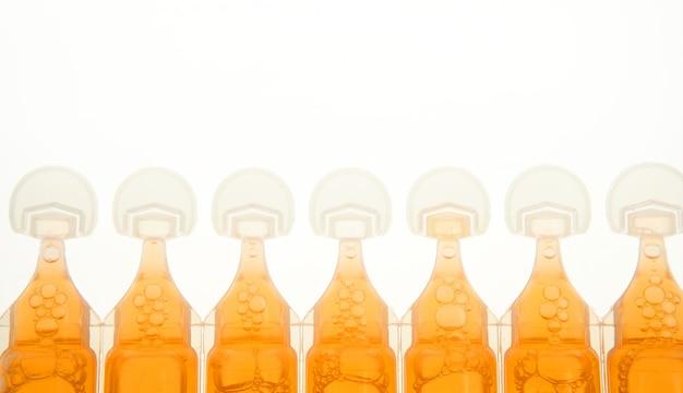 Ampulle im plastik für flüssige orange medizin