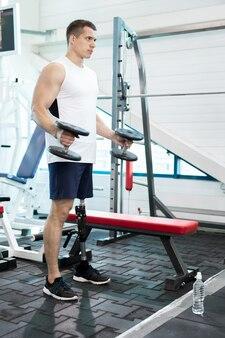 Amputierter im fitnessstudio