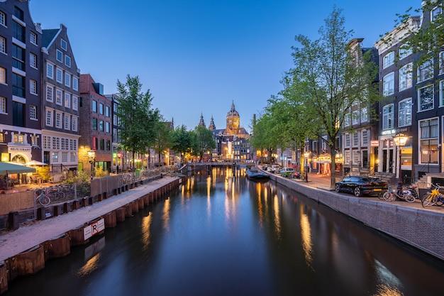 Amsterdam-skyline mit kirche des sankt- nikolausgrenzsteins in amsterdam-stadt, die niederlande