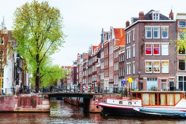 Amsterdamer grachten und typische häuser.