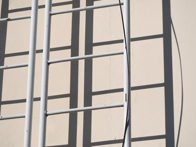 An der gebäudewand sind fluchttreppen angebracht.