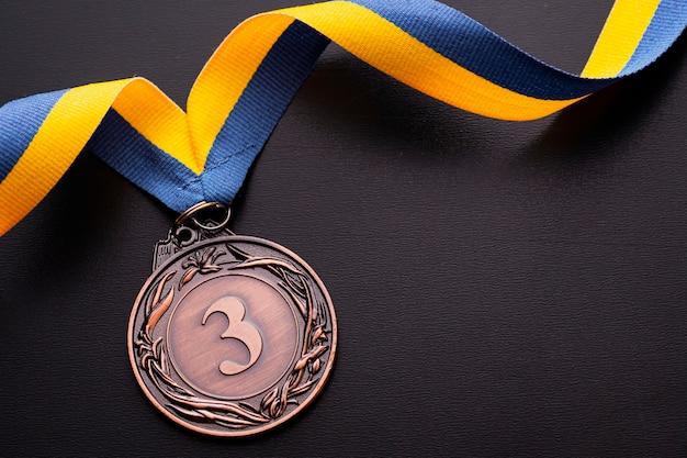 An einem band drittplatzierte zweitplatzierte mit bronzemedaille
