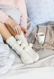 An einem kühlen morgen mit einer heißen kaffeetasse warm werden