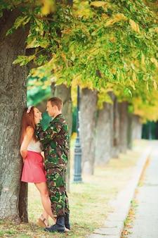 An einem sonnigen tag traf sich der soldat wieder mit seiner familie