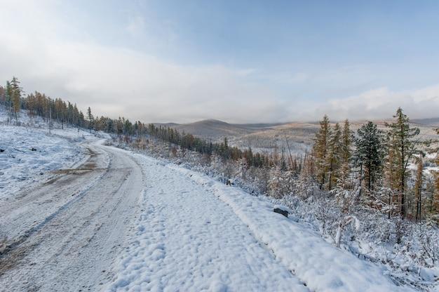 An einem winternachmittag können sie vom pass aus die herrliche aussicht auf die berge genießen