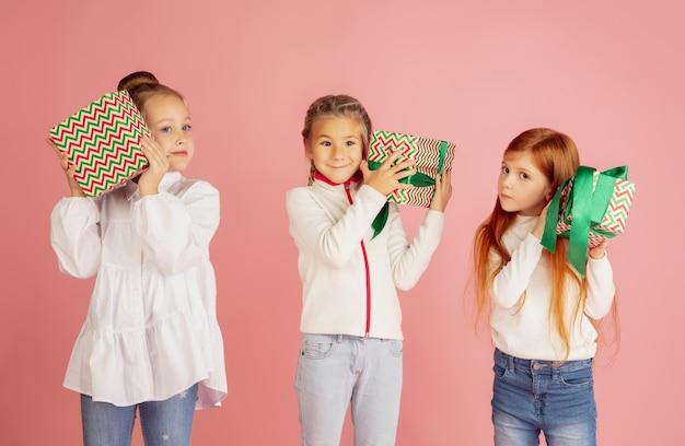An weihnachtsfeiertagen geschenke geben und bekommen gruppe von glücklich lächelnden kindern, die spaß haben