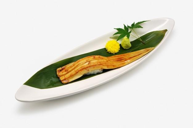 Anago sushi (unagi sushi) in der weißen platte auf weißem hintergrund