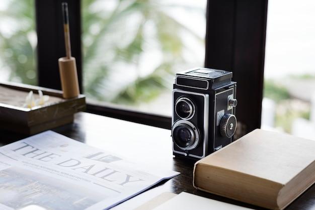 Analoge kamera der weinlese auf einem schreibtisch