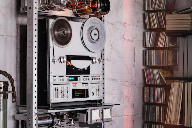 Analoges stereo-tonbandgerät mit zwei spulen.