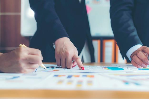 Analyse-brainstorming-geschäftsarbeitsbericht-konzept
