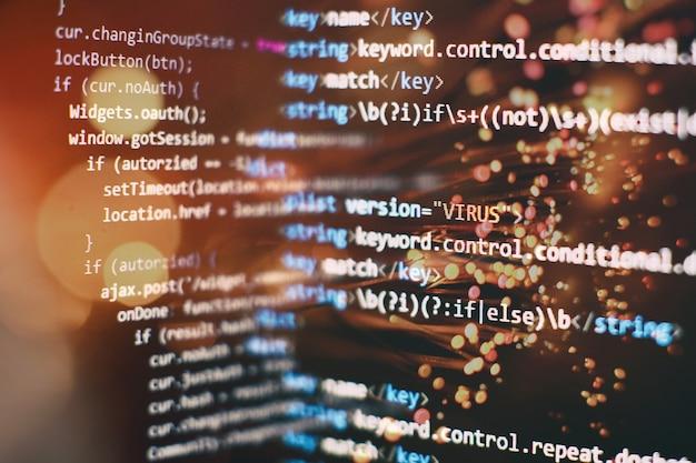 Analyse der serverprotokolle. closeup entwicklung von programmier- und codierungstechnologien. entwickler, der im büro an codes für websites arbeitet.