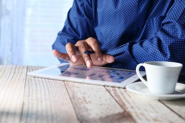 Analyse des finanzdiagramms auf einem digitalen tablet bei nacht