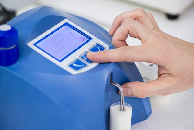 Analyse und prüfung von milchprodukten auf einem modernen gerät. prüflabor einer milchfabrik
