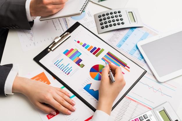 Analyse von finanzdaten. nahaufnahmegeschäftsleute im büro.