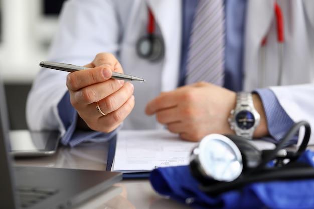 Analyse von patientendaten und aktuellen indikatoren.