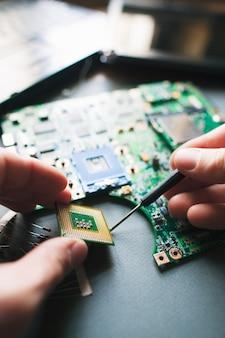 Analysemikroprozessor im cpu-sockel des motherboards.