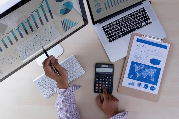 Analysieren der arbeit buchhaltung auf laptop-investitionskonzept.