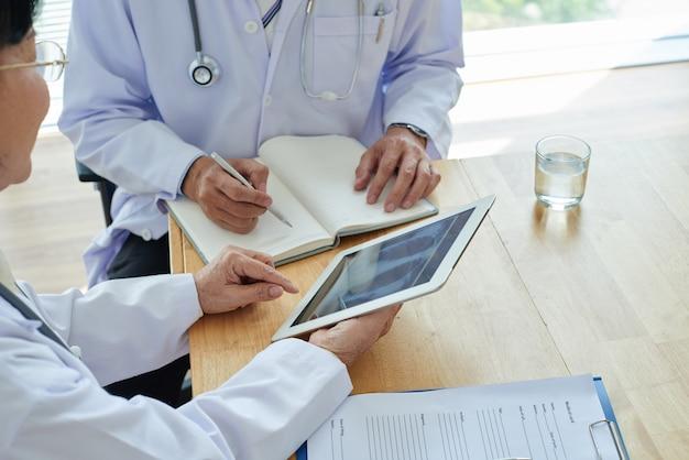 Analysieren der ergebnisse der röntgenaufnahme des brustkorbs