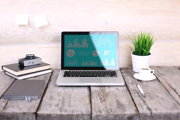 Analysieren von statistiken auf dem laptop-bildschirm, arbeiten mit finanzdiagrammen online, verwenden von unternehmenssoftware für datenanalyse und projektmanagementkonzept, hintere nahaufnahme