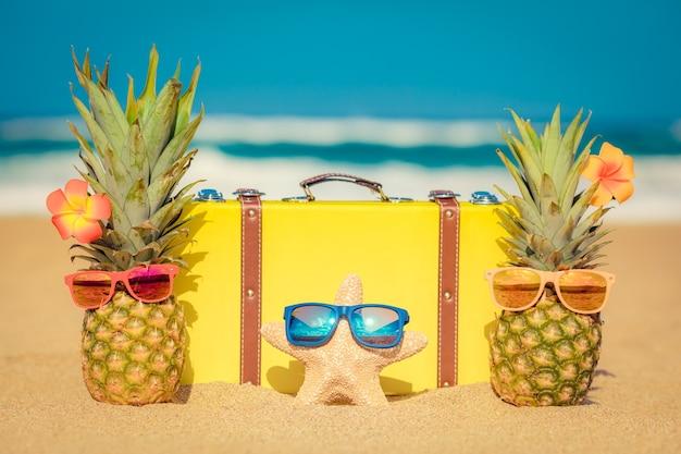 Ananas am strand sommerurlaub und reisekonzept Premium Fotos
