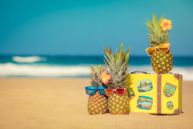 Ananas am strand sommerurlaub und reisekonzept