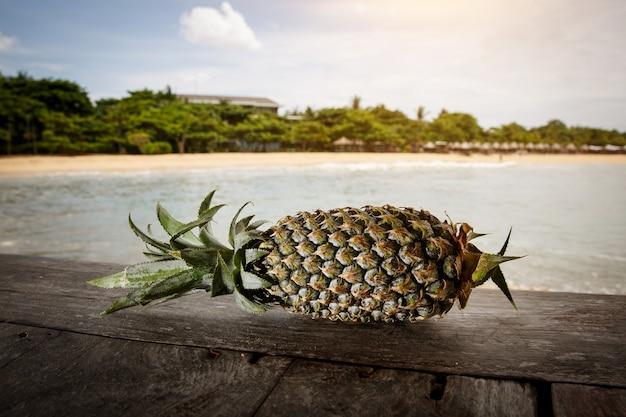 Ananas an einem exotischen strand.