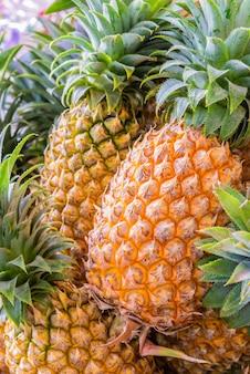 Ananas auf dem markt.