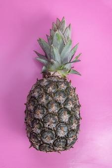 Ananas auf dem rosa hintergrund