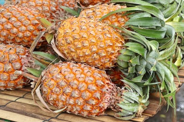 Ananas auf der straße essen