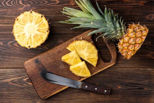 Ananas auf dunklem holz.