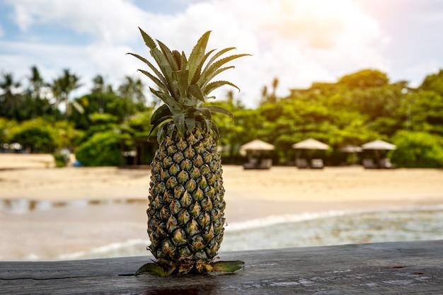 Ananas auf einem strandhintergrund.